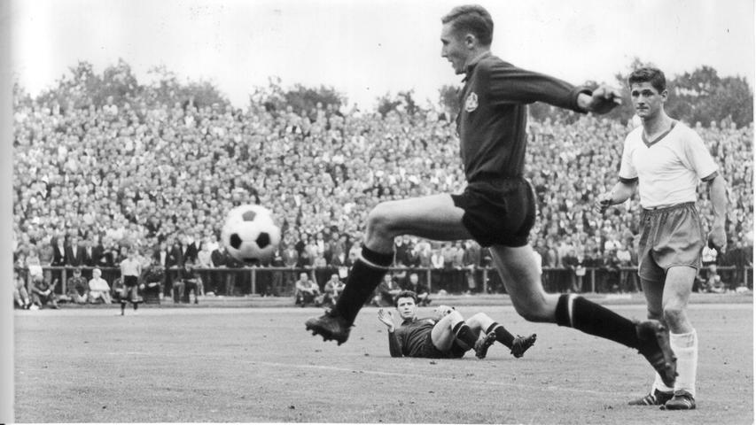 Bedeutungsvolle Duelle gegen Werder Bremen gab es für den 1. FC Nürnberg einige, jetzt treffen sich die beiden Traditionsvereine wieder in der Bundesliga. Grund genug auf die bewegte Geschichte des Nord-Süd-Vergleichs zurückzublicken. Zum ersten Mal in Deutschlands Eliteklasse begegnen sich die Kontrahenten im August 1963. Heini Müller, der Gettingers Kopfball ins Tor verlängert, bringt den Club auf eigenem Platz in Front. Max Morlock und Heinz Strehl geben dem SVW beim 3:0-Heimsieg den Rest.