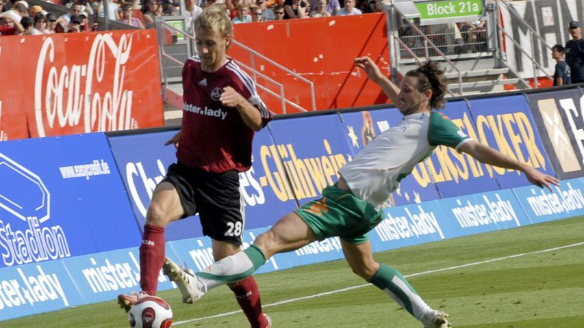 In der Saison vor seinem kurzeitigen Zwangsaufenthalt in Liga zwei muss sich der FCN Werder zuhause knapp geschlagen geben. Am 3. Spieltag 2007/2008 zieht Martin Harnik, der den hier selbst im Vorwärtgang befindlichen Dominik Reinhardt stehen lässt, in die Mitte...