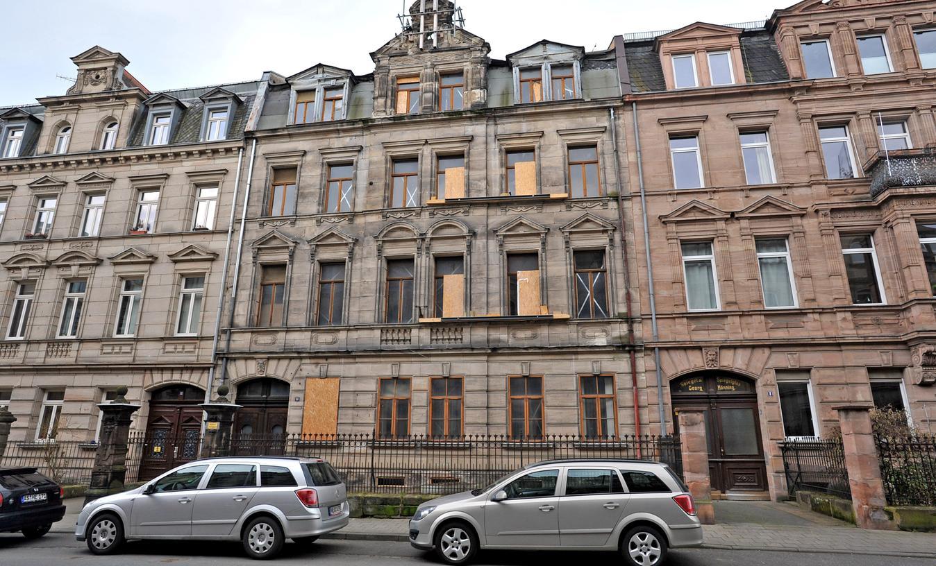 Das Haus Karolinenstraße 10 bietet gegenwärtig keinen schönen Anblick, allerdings sollte man wohl eher froh darüber sein, dass es überhaupt noch steht.