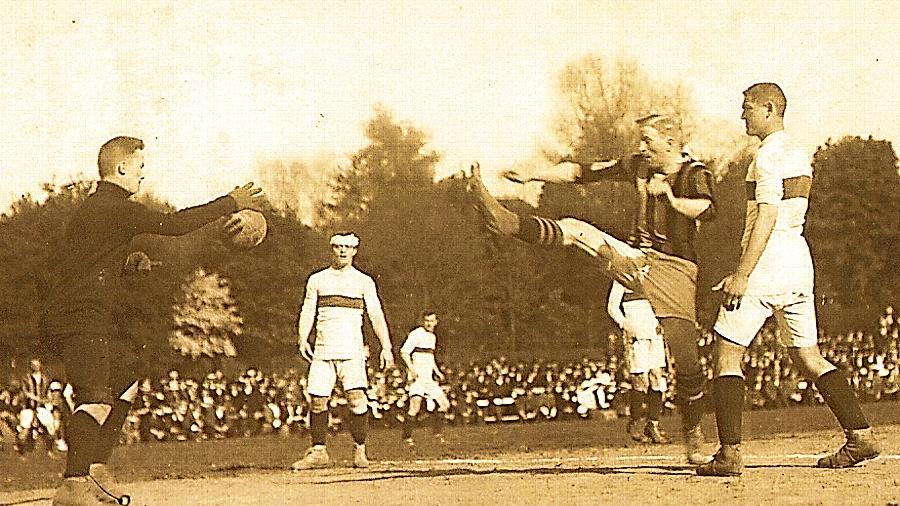 Fußball im Jahr 1914: Der Fürther Karl Franz in Aktion im Viertelfinale gegen die SpVgg Leipzig. Zu diesem Zeitpunkt wusste niemand, dass nur wenige Woche später der Erste Weltkrieg ausbrechen sollte.