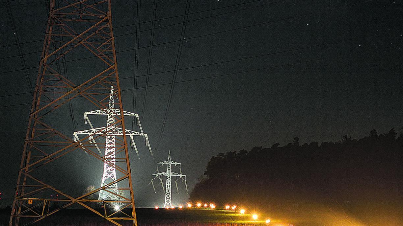Leuchtband in der Landschaft: Über viele Kilometer reihen sich Fackel an Fackel, Feuer an Feuer.