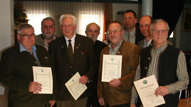 Vorsitzender Thomas Eschenbacher (Dritter von rechts) mit den geehrten Mitgliedern.