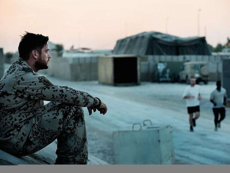 Jesper (Ronald Zehrfeld) hat seinen Bruder während eines Afghanistaneinsatzes verloren. Dennoch meldet er sich erneut zum Dienst in das krisengeschüttelte Land.