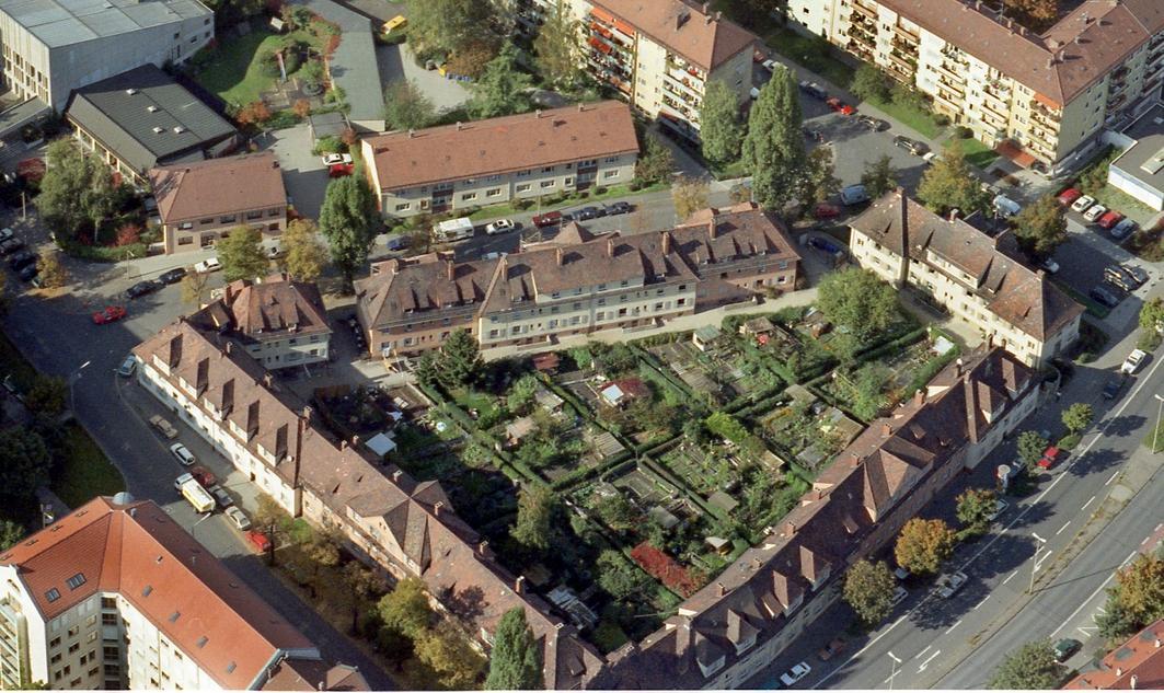 Ein Bild aus besseren Zeiten. Vor einigen Jahren präsentierte sich die kleine Gartenstadt mitten im dichtbebauten Hummelstein noch als richtige grüne Oase. Mittlerweile sind vor allem die Gärten stark verwahrlost. Luftbild: Bischof & Broel