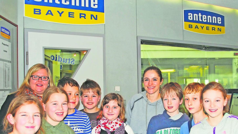 Die Herzogenauracher Hortkinder zu Besuch bei Antenne Bayern mit Andrea Unterhuber (v.l.) und Moderatorin Melitta Varlam.