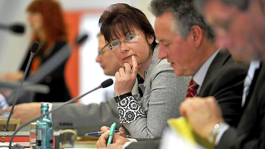 Kein leichter Job: Kämmerin Stefanie Ammon – hier bei den Etatberatungen neben  Oberbürgermeister Thomas Jung – musste im ersten Haushalt unter ihrer Ägide eine 24,5-Millionen-Euro-Lücke schließen.