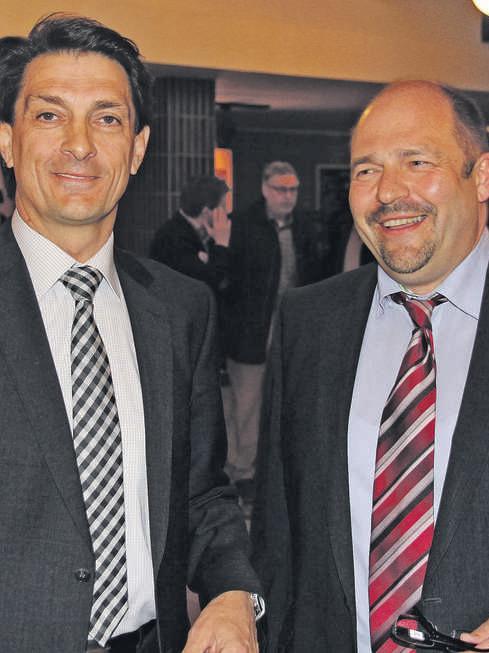In Rückersdorf hat der parteilose Manfred Hofmann (rechts) als gemeinsamer Kandidat von RUW (Rückersdorfer Unabhängige Wähler) und SPD mit 54,46 Prozent der Stimmen den Sieg geholt. Sein Herausforderer Johannes Ballas kam bei der Stichwahl auf 45,54 Prozent.