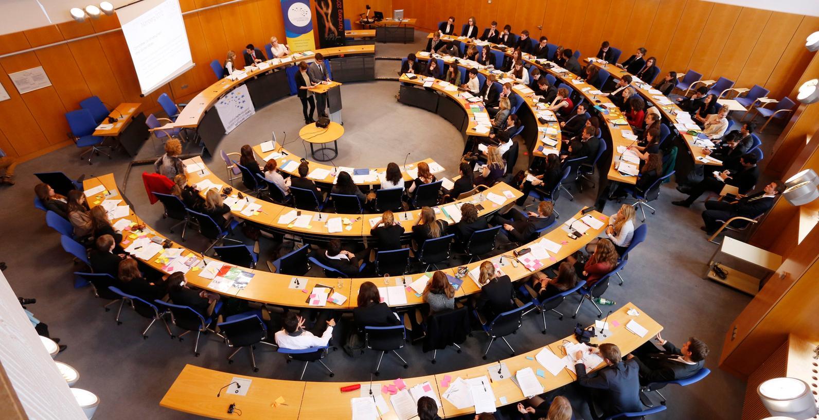 28 neue Kandidatinnen und Kandidaten ziehen in den nächsten Nürnberger Stadtrat ein. Insgesamt gibt es 70 Sitze in dem Gremium. Allein 13 Neulinge schickt zum Beispiel die SPD ins Kommunalparlament, sechs sind es bei der CSU und drei bei den Grünen. Zwei Neue verstärken die Linke Liste.