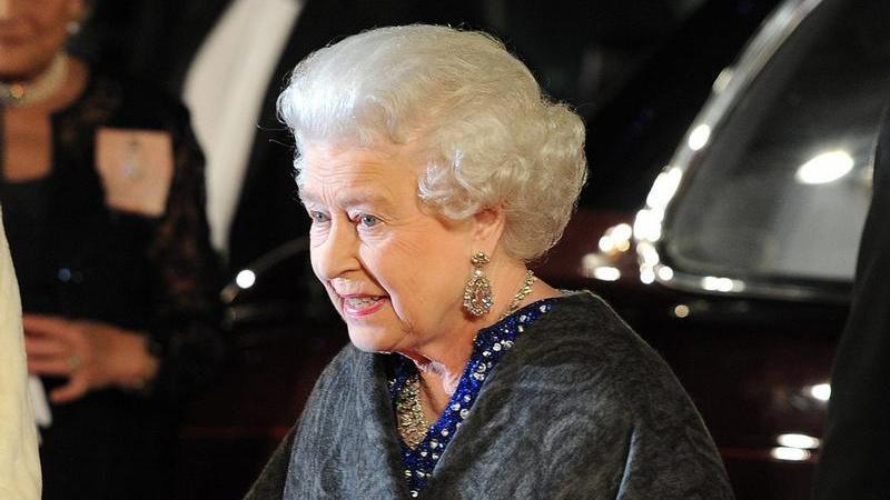 Die Queen kam zur Premiere am Leicester Square in London.