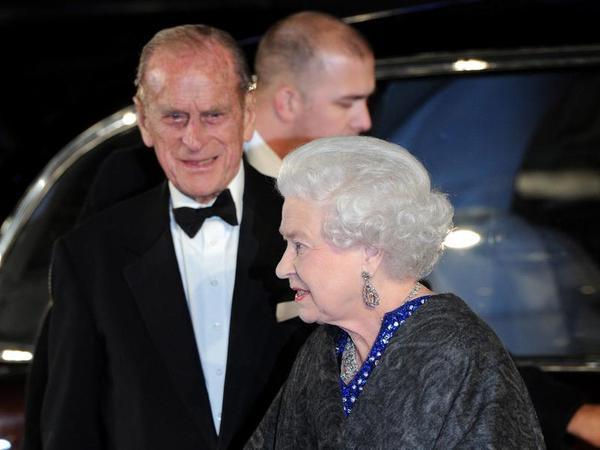 Die Queen und Prinz Philip kamen zur Premiere.