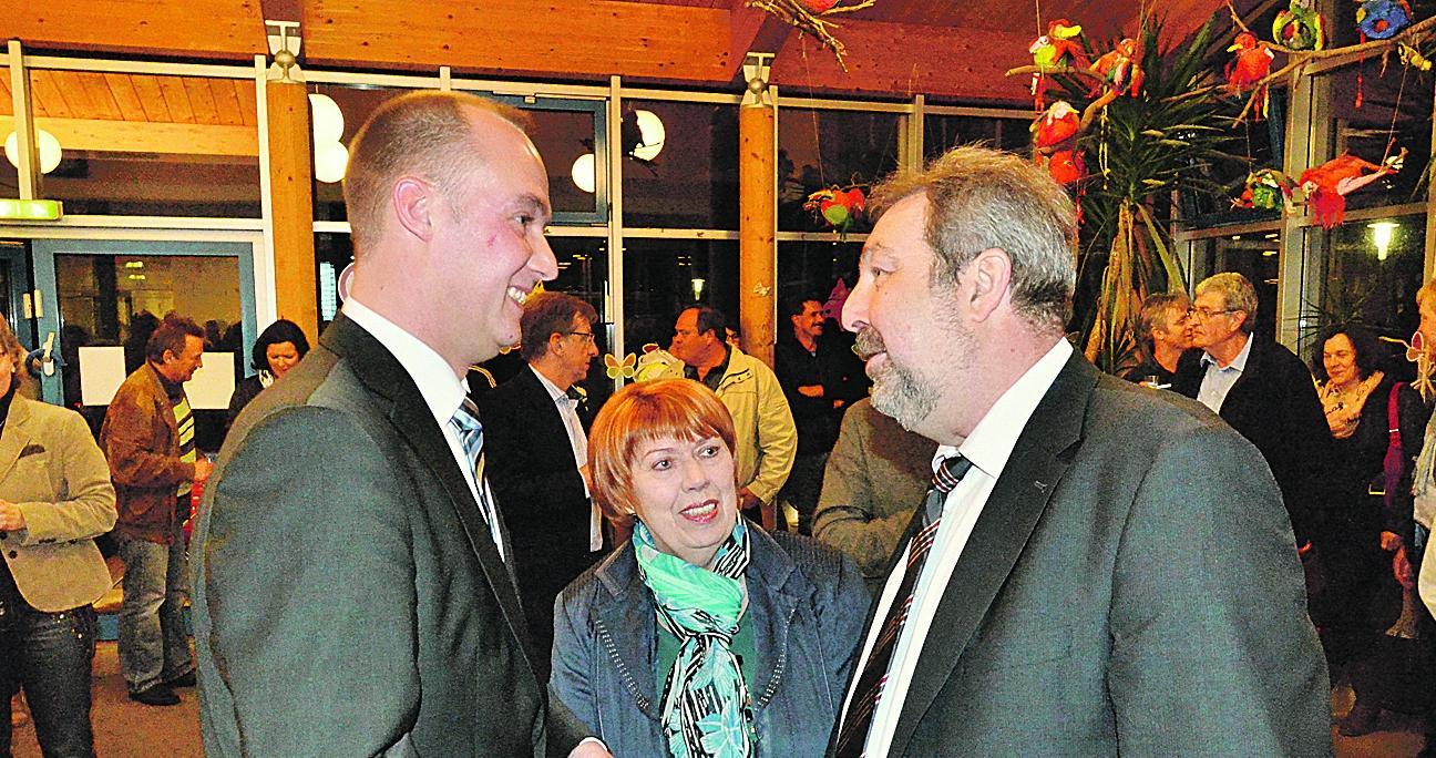 Gewinner und Verlierer: Wahlsieger Markus Dirsch (li.) strahlte, als er das Ergebnis erfuhr. Er dankte Josef Miehling, der zwölf Jahre Bürgermeister in Pleinfeld war.