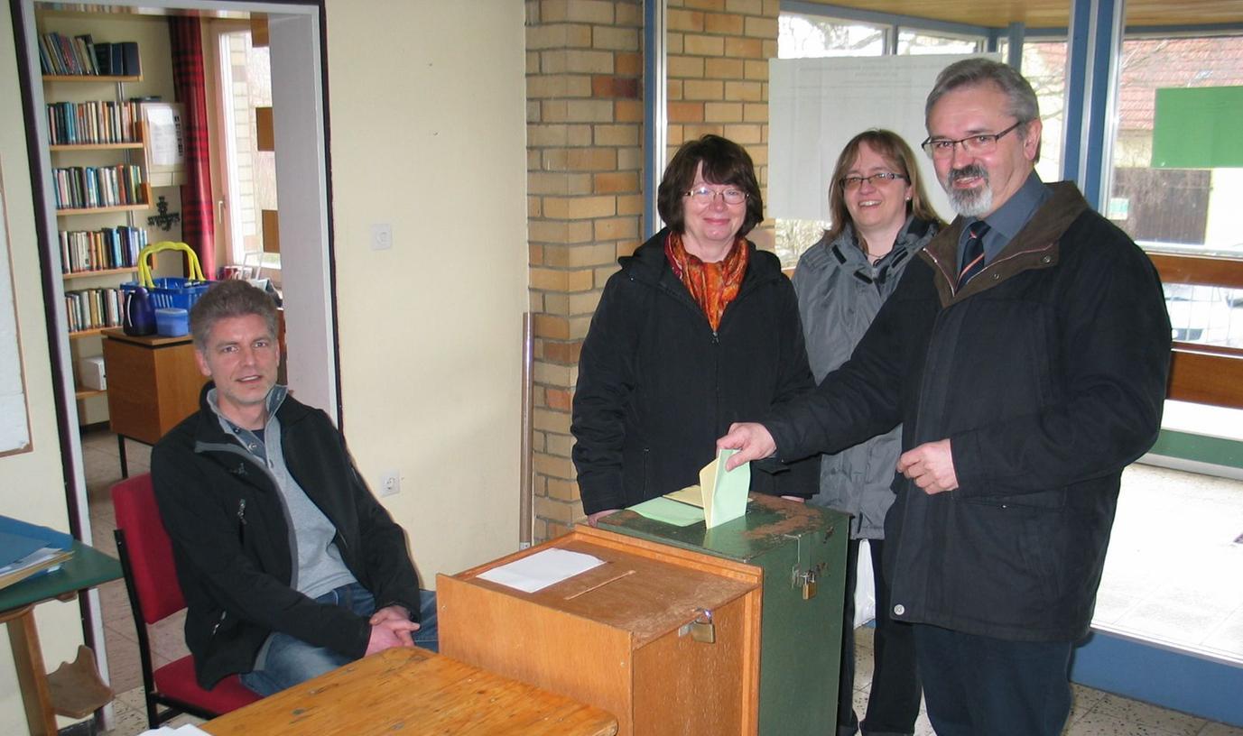Im Ostheimer Wahllokal gab der spätere Wahlsieger Helmut Schindler seine Stimmzettel ab, begleitet von Frau Maria und Tochter Barbara.