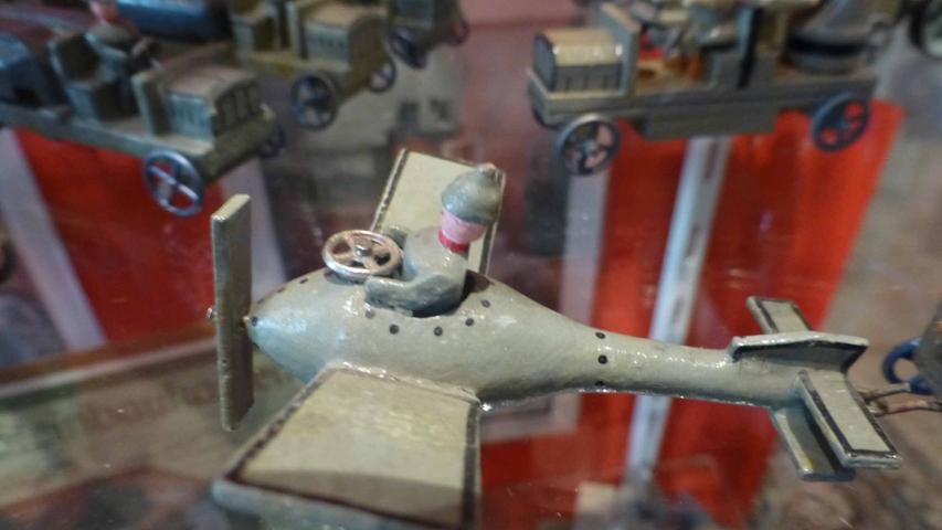 Kriegspielzeug , wie dieses Flugzeug, wurde aus unterschiedlichen Materialien hergestellt...