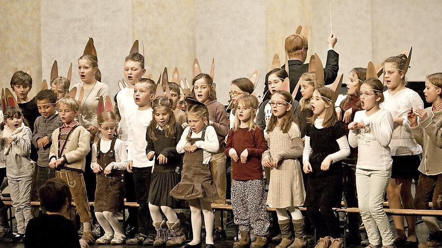 Ostern ist nicht mehr fern: Der Kinderchor von St. Peter und Paul erweckte mit dem Vor- und Nachwuchsorchester der Streichhölzer James Krüss' Heidehasen-Klassiker zu neuem Leben.