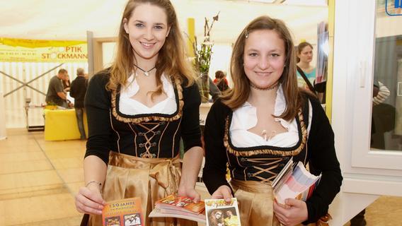 Besucher schlendern über die FrankenPfalz-Messe