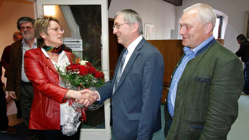 Carolin Braun durfte nach Bekanntgabe des Wahlergebnisses die Glückwünsche von  Altbürgermeister Franz Stephan und Wahlverlierer Christian Linz (rechts)  entgegennehmen.