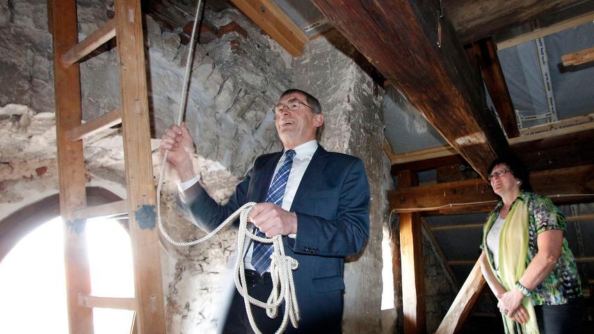 Auch eine Premiere in Dietfurt: Altbürgermeister Franz Stephan läutet nach der  Stichwahl die Rathausglocke.