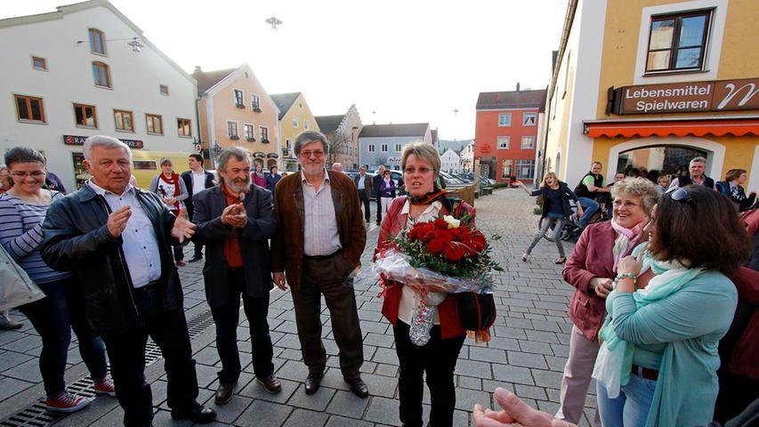 Als die neue Dietfurter Bürgermeisterin Carolin Braun das Rathaus verließ,  warteten zahlreiche Gratulanten.