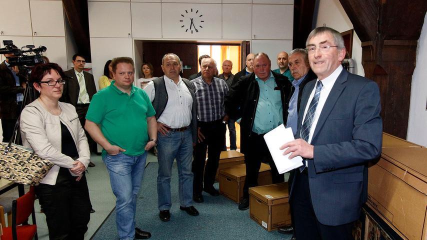 Spannung pur herrschte in Dietfurt, als Altbürgermeister Franz Stephan das  Wahlergebnis bekanntgab.