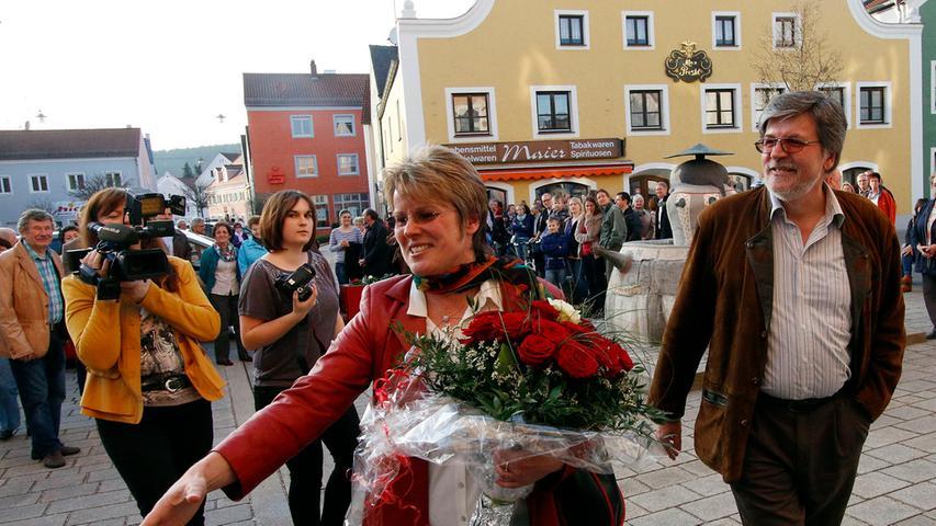 Die Erleichterung ist der der neuen Bürgermeisterin Carolin Braun ins Gesicht  geschrieben, als sie mit ihrem Ehemann (rechts) das Rathaus verlässt.