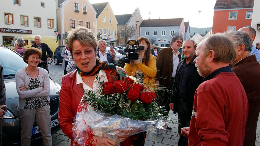 Zahlreiche Dietfurter Bürgerinnen und Bürger warteten auf dem Marktplatz auf  die Wahlsiegerin Carolin Braun.