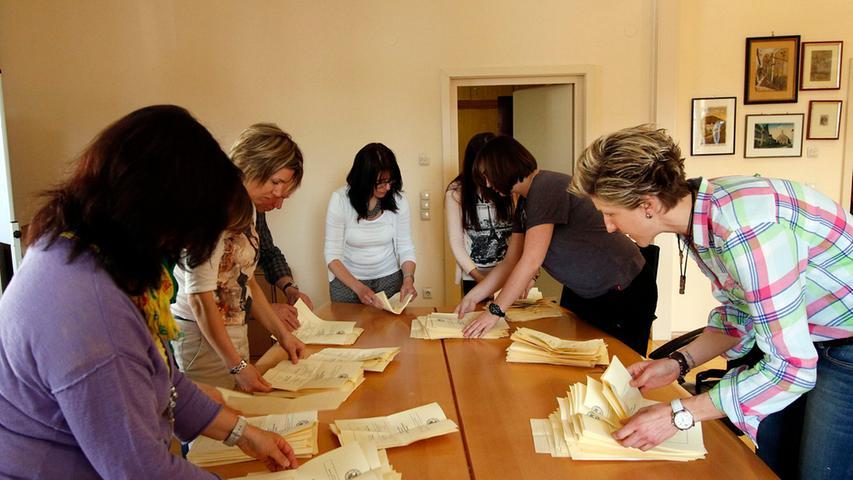 Punkt 18 Uhr schlossen die Wahllokale in Dietfurt und die Wahlhelferinnen und  Wahlhelfer machten sich an die Arbeit.