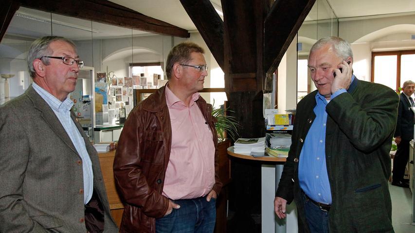 CSU-Kandidat Christian Linz (rechts) wartete im Dietfurter Rathaus auf die  einlaufenden Ergebnisse der Stichwahl.