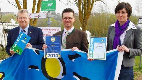 """Sie sind stolz auf das Gütezeichen """"Eco-Camping"""": Verbandsvorsitzender Gerhard Wägemann, Geschäftsleiter Roland Schermer und Kämmerin Stefanie Müller."""