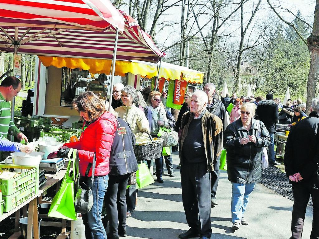 Sehr groß war die Resonanz der Bevölkerung auf den neuen Wochenmarkt in Erlenstegen am Fuß des Platnersbergs.