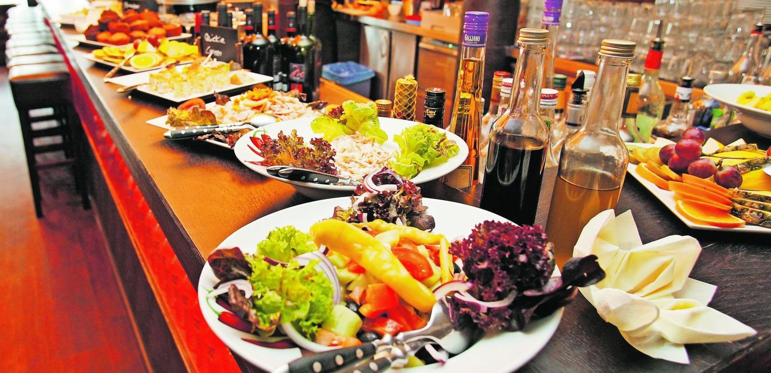 """Müsli, Brötchen und Bamberger, Salate und warme Speisen — und natürlich Rührei mit Krokodil: Das Frühstücksbuffet in der """"Australian Bar""""."""