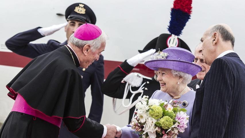 Die britische Königin trifft am 2. April 2014 in einer kurzen Privataudienz erstmals Papst Franziskus. Die Begegnung zwischen der Queen und dem Oberhaupt der katholischen Kirche dauert 20 Minuten.