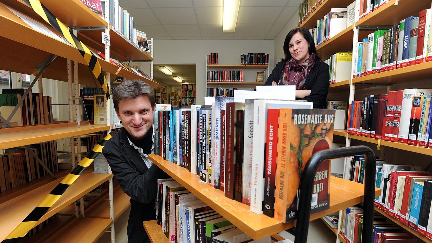 Die Bezeichnung Volksbücherei soll in Stadtbibliothek geändert werden. Für eine kräftige Aufstockung ihres Bestands jedenfalls sorgte vor einem Jahr Krimiautor Veit Bronnenmeyer mit einer Spende von rund 100 Krimis.
