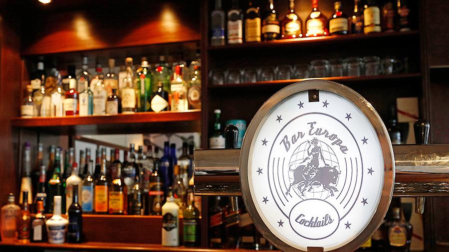 In Bars und Kneipen dürfen schon bald wieder Cocktails und Bier getrunken werden.