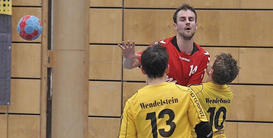 Obwohl es zwischenzeitlich einmal ganz eng wurde, hatten die Handballer der SG Schwabach/Roth (in Rot) im Derby gegen den TSV Wendelstein alles im Griff und siegten deutlich.