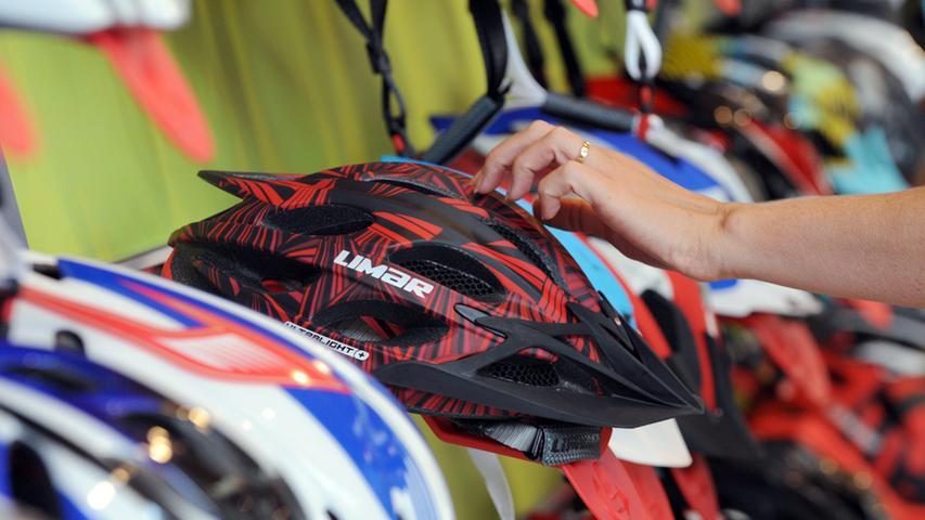 ...werden Helme im Prüflabor unter anderem dadurch bewertet, dass sie aus 1,5 Metern Höhe und mit einer Geschwindigkeit von 19,5 km/h auf eine Stahlebene fallen. Ob der Riemen rissfest ist, wird ebenso getestet wie die Frage, wie schnell sich der Verschluss öffnen lässt.