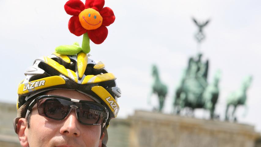 Ein guter Helm zeichnet sich außerdem weniger über sein Design aus als über die Tatsache, dass er eine auffällige Farbe hat, mit Reflektoren ausgestattet ist und eventuell sogar über eine integrierte Leuchte verfügt.