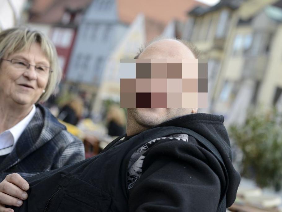 Im Oktober 2002 nimmt die Polizei schließlich den damals 24-jährigen geistig behinderten Gastwirtssohn Ulvi Kulac fest. Er soll Peggy ermordet haben, um einen sexuellen Missbrauch an ihr zu vertuschen. Zunächst hatten die Ermittler Kulac als Täter ausgeschlossen, da er ein lückenloses Alibi hatte. (Auf diesem aktuellen Bild ist er mit seiner Betreuerin Gudrun Rödel zu sehen.)