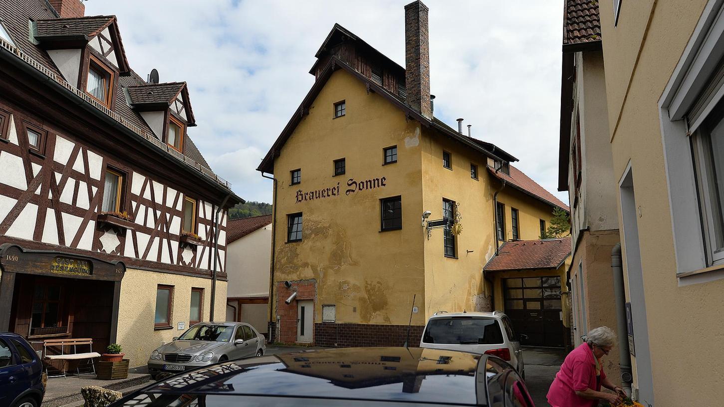 """Im alten Brauhaus kehrt bald wieder Leben ein: Der Däne Carsten Raun lässt gerade die Innenräume renovieren. Ab Mai wird ein Braumeister dann dort """"Bavarian Festbeer"""" brauen — für das Ausland und für Ebermannstadt."""