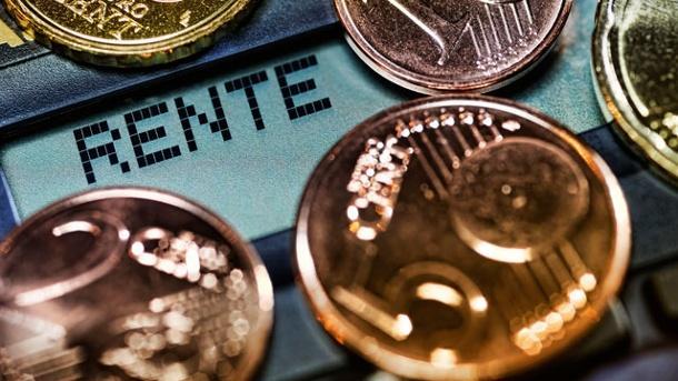 In den alten Bundesländern wird die Rente zum 1. Juli um 3,45 Prozent erhöht. In den neuen Bundesländern wird sie um ganze 4,20 Prozent angehoben. Der Rentenwert steigt so von 33,05 auf 34,19 Euro in den alten und von 31,89 auf 33,23 Euro in den neuen Bundesländern an. Der aktuelle Rentenwert in den neuen Bundesländern beträgt damit also 97,2 Prozent des Westwerts.