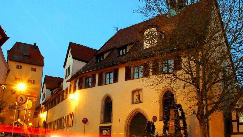 Die Lichtspur eines Autos am Abend führt an der Hersbrucker Spitalkirche (vorne) und dem Bürgerspital (links daneben) vorbei. Beide Gebäude gehören einer Stiftung.