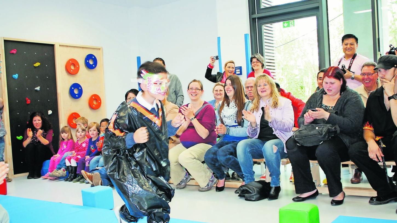 """Die Modenschau mit selbst gefertigten, fantasievollen Kostümen aus Recyclingmaterial kamen bei den Gästen in der Kindertagesstätte """"Sonnenhügel"""" gut an."""