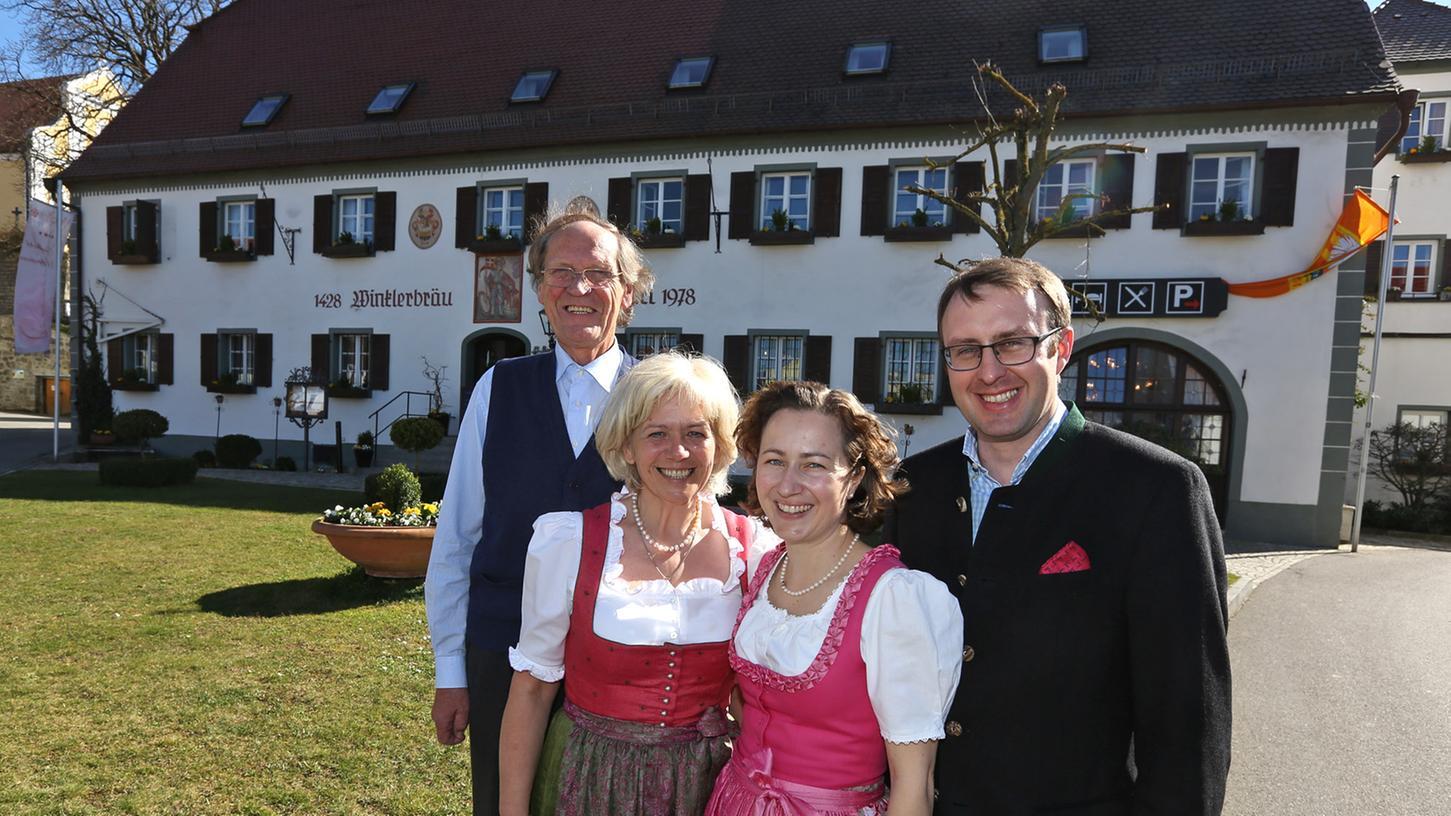 Georg und Karin Böhm, Gabi und Hanns Konrad Winkler (v. r. n. l.) führen das Winkler Bräustüberl samt Privatbrauerei und Gutshof in Lengenfeld.