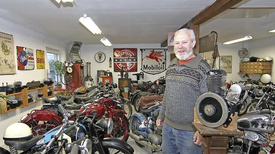 Motorrad-Liebhaber Norbert Schwarz inmitten seiner Veteranen, die er möglichst im Originalzustand belässt.