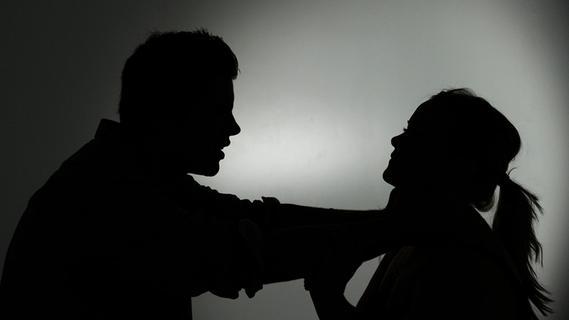 Zu sexuellen Handlungen gezwungen: Unbekannter überwältigt Jugendliche