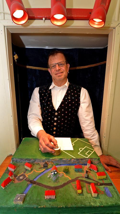 Flohdompteur Robert Birk hat im Nostalgiepark alle Fingerspitzen voll zu tun, damit ihm...