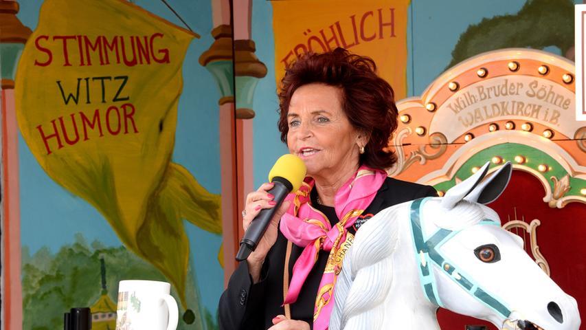 Die Schaustellerin und Kunsthistorikerin Margit Ramus hält schließlich noch eine kurze Eröffnungsrede.