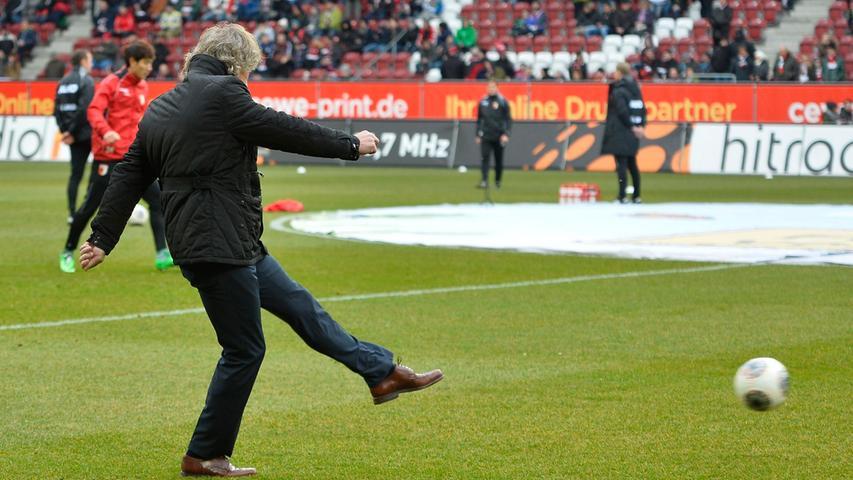 20 Punkte in 22 Spielen und eine Mannschaft, die von Verbeeks offensiver Philosophie zuletzt nicht mehr viel auf den Platz bringen konnte, ließen den Stern des Trainers am Nürnberger Fußballhimmel sinken. Die Tore selbst schießen, das war selbstredend nicht möglich.