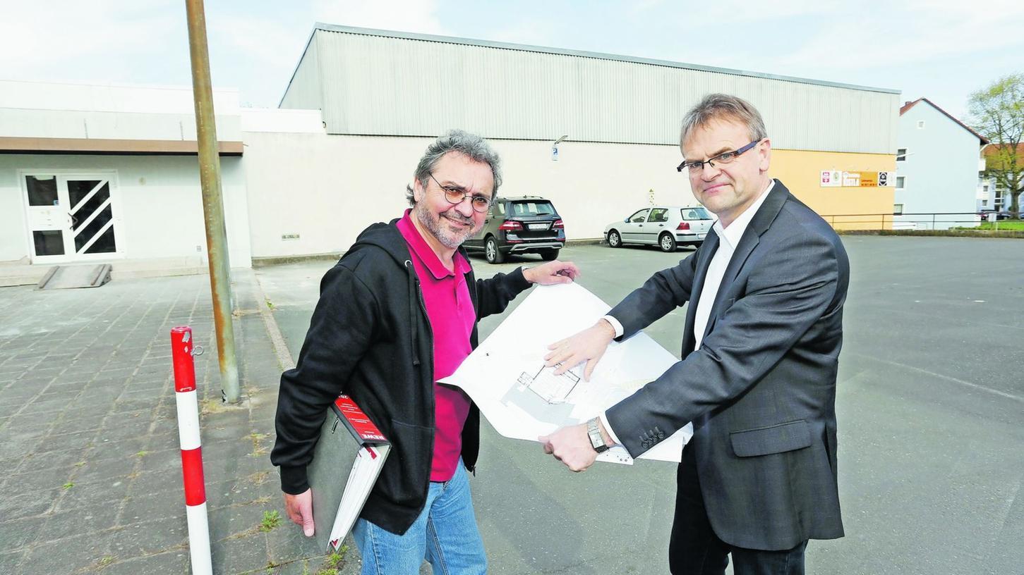 Lorenz Gradl (li) und Franz Haubner, Vorstand der Baugenossenschaft, vor der alten Kegelhalle, die zum Supermarkt umgebaut werden soll.