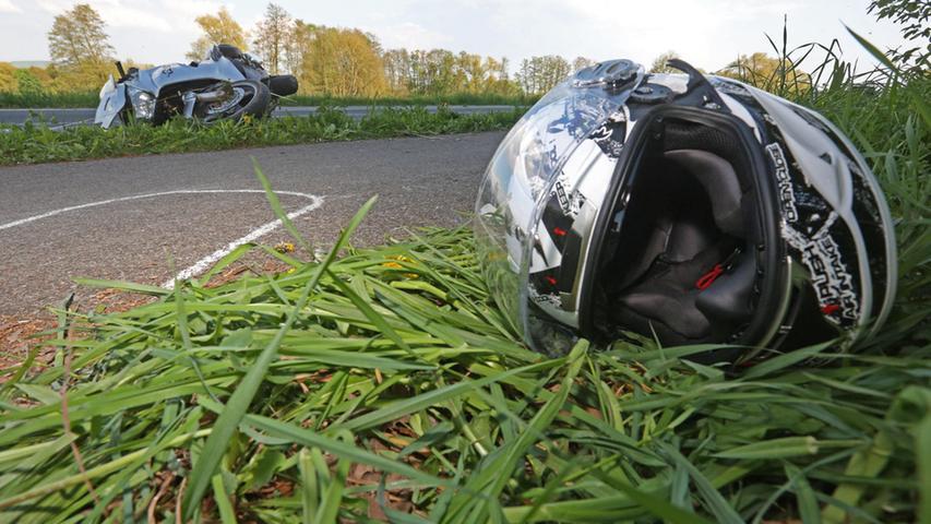 Nur den Helm aufsetzen langt nicht. Der Kopfschutz muss auch immer fest verschlossen sein. Ist er das nicht, kann er während eines Sturzes vom Kopf rutschen - mit dramatischen Folgen.