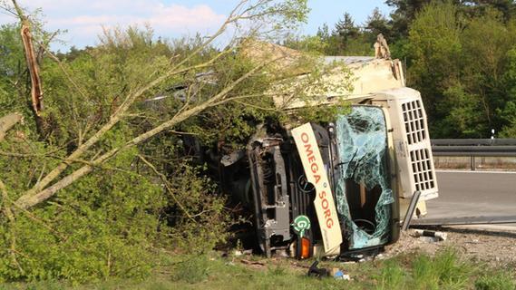 Lkw reißt auf A6 Leitplanke und Bäume nieder